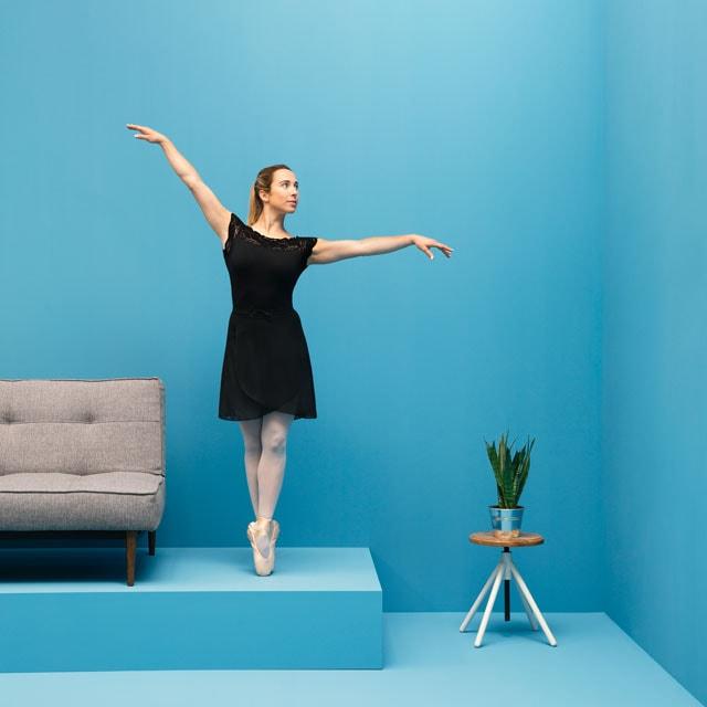 WECAUSE Ballerina neben Sofa