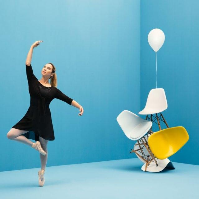WECAUSE Ballerina neben Stühlen