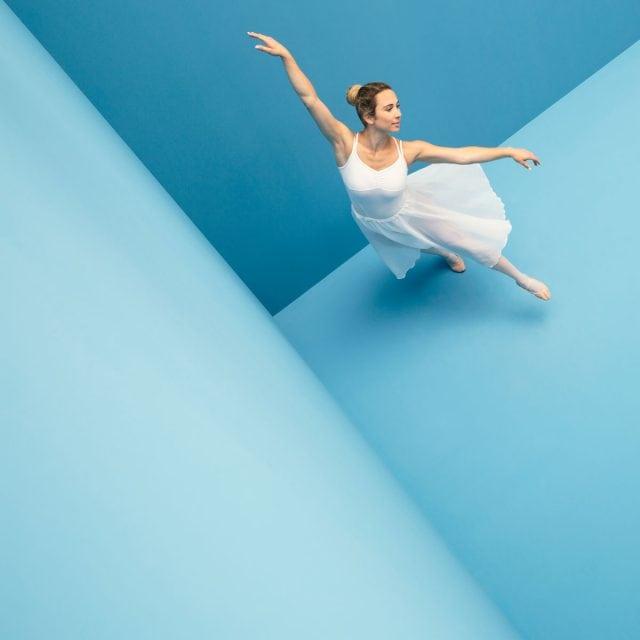 WECAUSE Ballerina vor blauem Hintergrund